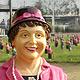 Überraschung: Als heute früh die Sonne aufging hatten 1000 Waltraud-und-Mariechen-Figuren die Adenauer-Anlage besetzt.