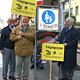 Der Fürther Seniorenbeirat hat mit Mahnposten gegen das Autofahren und Radeln in der FUZO protestiert.