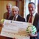Richard Schönwasser hat einen Scheck in Höhe von 100 000 Euro an OB Jung überreicht. Der Betrag soll für den Jugendsport eingesetzt werden.