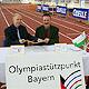 Der Tisch, an dem Oberbürgermeister Dr. Thomas Jung und der Leiter des Olympiastützpunktes Bayern, Dr. Thomas Flock, ihre Unterschriften unter die Verträge für das Leistungszentrum Nord setzten, stand genau auf der Ziellinie der 60-Meter-Bahn.