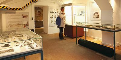 Das Kriminalmuseum Fürth präsentiert in den Kellerräumen des Rathauses Fürth die Geschichte der Fürther Polizei und der Fürther Gerichtsbarkeit seit 1806 sowie spektakuläre Kriminalfälle aus den vergangenen 200 Jahren.