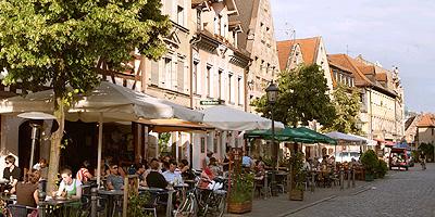 Die Gustavstraße war jahrhundertelang die wichtigste Straße der Altstadt. Heute ist sie Mittelpunkt der Kneipenszene und vor allem abends ein beliebter Treffpunkt.
