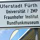 Straßenschilder weisen den richtigen Weg in die Uferstadt und zeigen: Fürth ist Universitätsstadt.