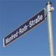 Manfred Roth, dem langjährigen Firmenchef des Lebensmitteldiscounter Norma, wurde eine Straße im Gewerbegebiet Hardhöhe West benannt.