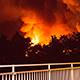 In der Nacht zum Donnerstag verwüstete ein Brand eine Lagerhalle. Wegen Aufräumarbeiten ist die Karl-Bröger-Straße gesperrt.