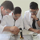 In einem bisher einmaligen Kooperationsprojekt machen sich Jugendliche der Mittelschulen Kiderlinstraße und Schwabacher Straße in Chemie fit.