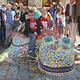 """An der Grundschule Kirchenplatz schmückt seit Kurzem der bunte, mit zahlreichen Mosaiksteinen versehene Drache """"Michl"""" den Pausenhof."""