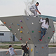 An einem Boulderturm und einer Kletterwand auf dem Spielplatz am Finkenschlag können Kinder und Jugendliche ihre Kletterkünste testen.