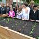 Auch an der Pestalozzi-Mittelschule gibt es jetzt ein Hochbeet, in dem die Mädchen und Jungen fleißig pflanzen können.