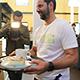 Trainer Stefan Ruthenbeck, Marco Caligiuri und Robert Zulj halfen mit Oberbürgermeister Thomas Jung dem Team des Cafés SAMOCCA.