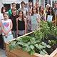 Die Hans-Böckler-Schule darf sich über eine neue Terrasse freuen, die auch als Grünes Klassenzimmer genutzt werden soll.