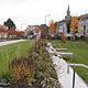 Die Außenanlagen rund um die künftige Julius-Hirsch-Sporthalle sind fertig gestellt und präsentieren sich in unterschiedlicher Gestaltung und Bepflanzung.