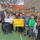Dank einer Spende von Martin Ermer dürfen sich die Kinder an der Grundschule Zedernstraße über einen Allwetterplatz freuen.