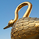 In einem Gewand aus Blattgold erstrahlt die Replik des Goldenen Schwans nun wieder über dem Grünen Markt.