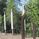 Nach der Zerstörung der drei Birken, erinnert ein neues Denkmal an Dr. Rudolf Benario und Ernst Goldmann, die 1933 von Nationalsozialisten ermordet wurden.