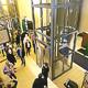 Besucherinnen und Besucher dürfen sich freuen: ein langersehnter Aufzug ermöglicht jetzt einen barrierefreien Zugang zum Veranstaltungssaal.