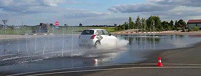Gefahrbremsen bei Aquaplaning: Beim Fahrsicherheitstraining wird diese Situation unter fachkundiger Anleitung geübt. Foto: privat