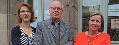 FZF-Projektleiterin Raisa Stein-Schwappach, Initiator Jürgen Schönborn und die Seniorenbeauftragte Elke Übelacker werben für die Checkliste Wohnraumanpassung. Foto: Gaßner