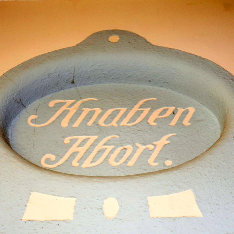 Für rund 7,5 Millionen Euro verpasst die Stadt alten und maroden Toilettenanlagen in Schulen und Turnhallen eine Frischzellenkur.