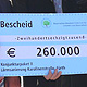 Der Bayerische Umweltminister Markus Söder hat persönlich den Förderbescheid für den lärmarmen Fahrbahnbelag in der Karolinenstraße überreicht.