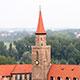 Den roten Kirchturm von Sankt Michael sieht man schon von Weitem. Doch auch beim Blick nach unten kannst Du viel entdecken.
