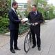 Fürth möchte in die Arbeitsgemeinschaft fahrradfreundlicher Kommunen aufgenommen werden. OB Jung überreichte die Beitrittserklärung.