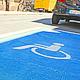 Die Stadt hat 20 Behindertenparkplätze jetzt noch deutlicher mit Farbe und Piktogramm gekennzeichnet. Weitere sollen folgen.