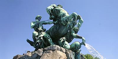 Den ausdrucksvollen Kunstbrunnen schuf Rudolf Maison 1890 als Erinnerung an die erste deutsche Eisenbahn und die Errichtung der zentralen Wasserversorgung.