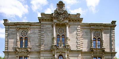 Das herausragende Historismusgebäude der Fürther Loge wurde 1890 bis 1891 von dem Nürnberger Architekten Leonhard Bürger erbaut.