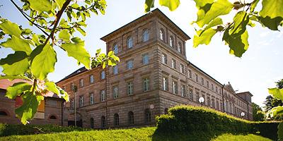 Ein sehenswertes Schloss: Der klassizistische Bau wurde 1830 bis 1834 im Auftrag der Grafen Pückler vom königlich-bayerischen Bauinspektor Leonhard Schmidtner errichtet.