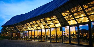 Ein modernes Veranstaltungszentrum, das variabel genutzt werden kann. Die Stadthalle kann sich auf einer Gesamtfläche von 2.500 m² mit variablen Flächenkonzepten und mit zeitgemäßer Technik an alle An- und Herausforderungen anpassen.