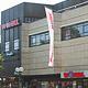 Das Modehaus Wöhrl hat vorzeitig seinen Mietvertrag verlängert und bleibt auch während der geplanten Gebäudesanierung weiterhin geöffnet.