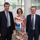 Finanz- und Heimatminister Markus Söder hat den Förderbescheid zum Ausbau des Breitbandnetzes an Wirtschaftsreferent Horst Müller übergeben.