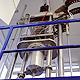 Im Großkammer-Rasterelektronenmikroskop finden ganze Turbinenschaufeln Platz: Seine Probenkammer umfasst zwei Kubikmeter, Standardmikroskope schaffen nur Proben bis 10 Zentimeter.