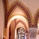 Im Rathauseingang Brandenburger Straße haben Kirchenmaler eindrucksvolle Decken- und Wand-bemalungen frei gelegt und aufwändig restauriert.